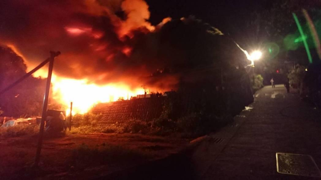 阿里山藍色部落里佳深夜大火,燒毀2棟民宅。圖/讀者提供