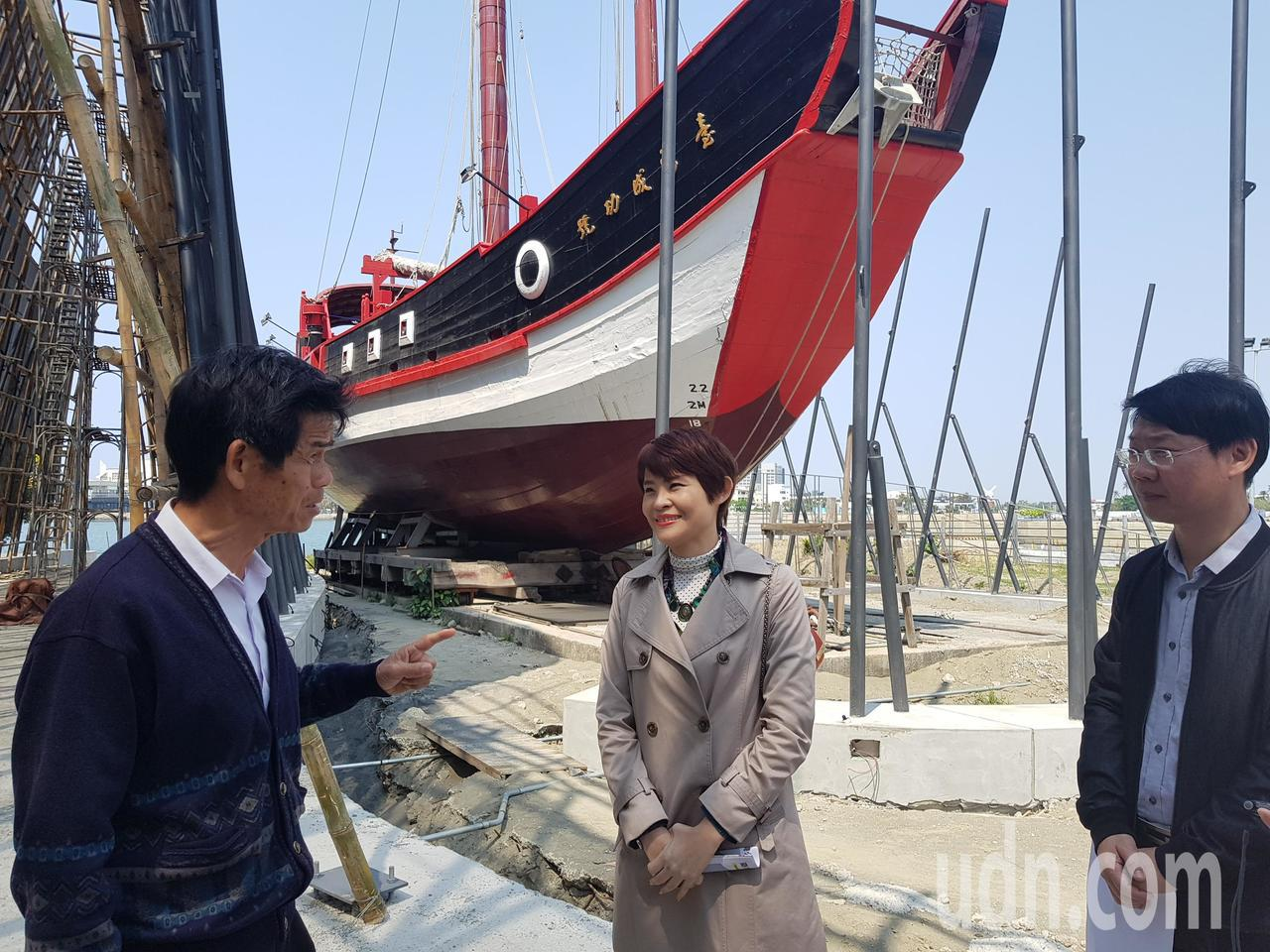 台南市議員李文正(左)昨天上午前往台灣船現場了解整修進度。記者修瑞瑩/攝影