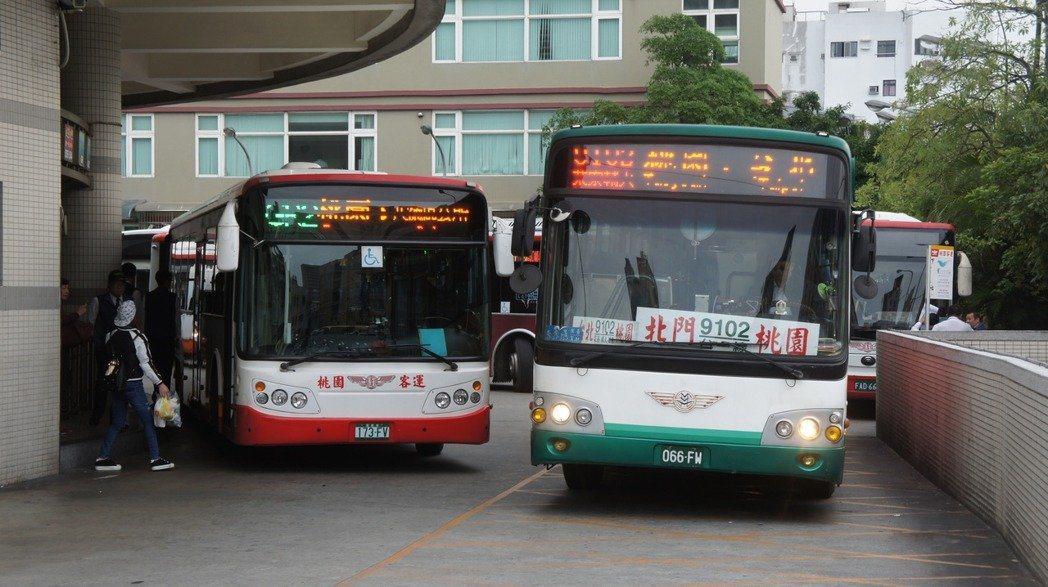 桃園市政府為鼓勵市民搭乘公車,推出刷市民卡可有多種搭乘優惠。圖/報系資料照