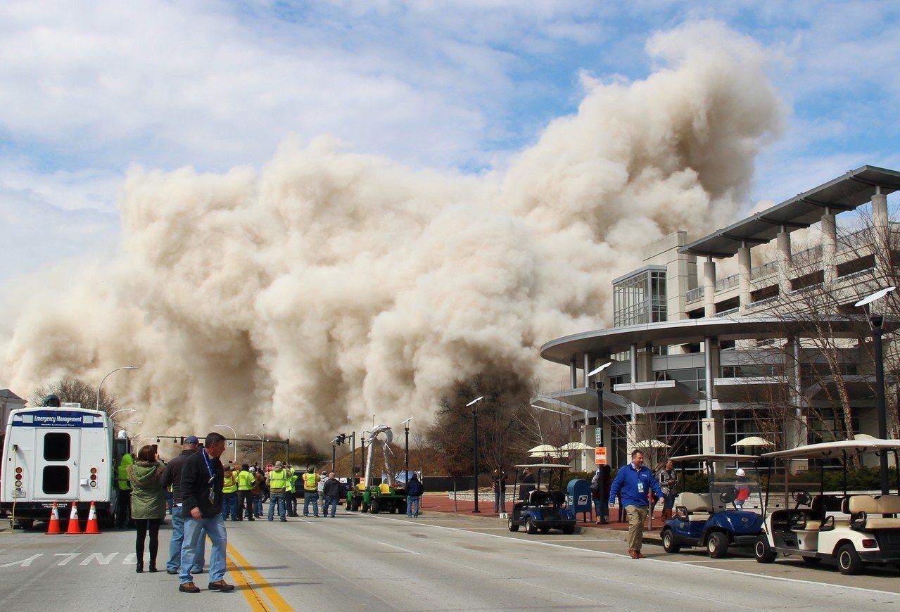 美國肯塔基州首府法蘭克福市28層的首府廣場大樓11日爆破拆除,圖為拆除後現場煙塵...