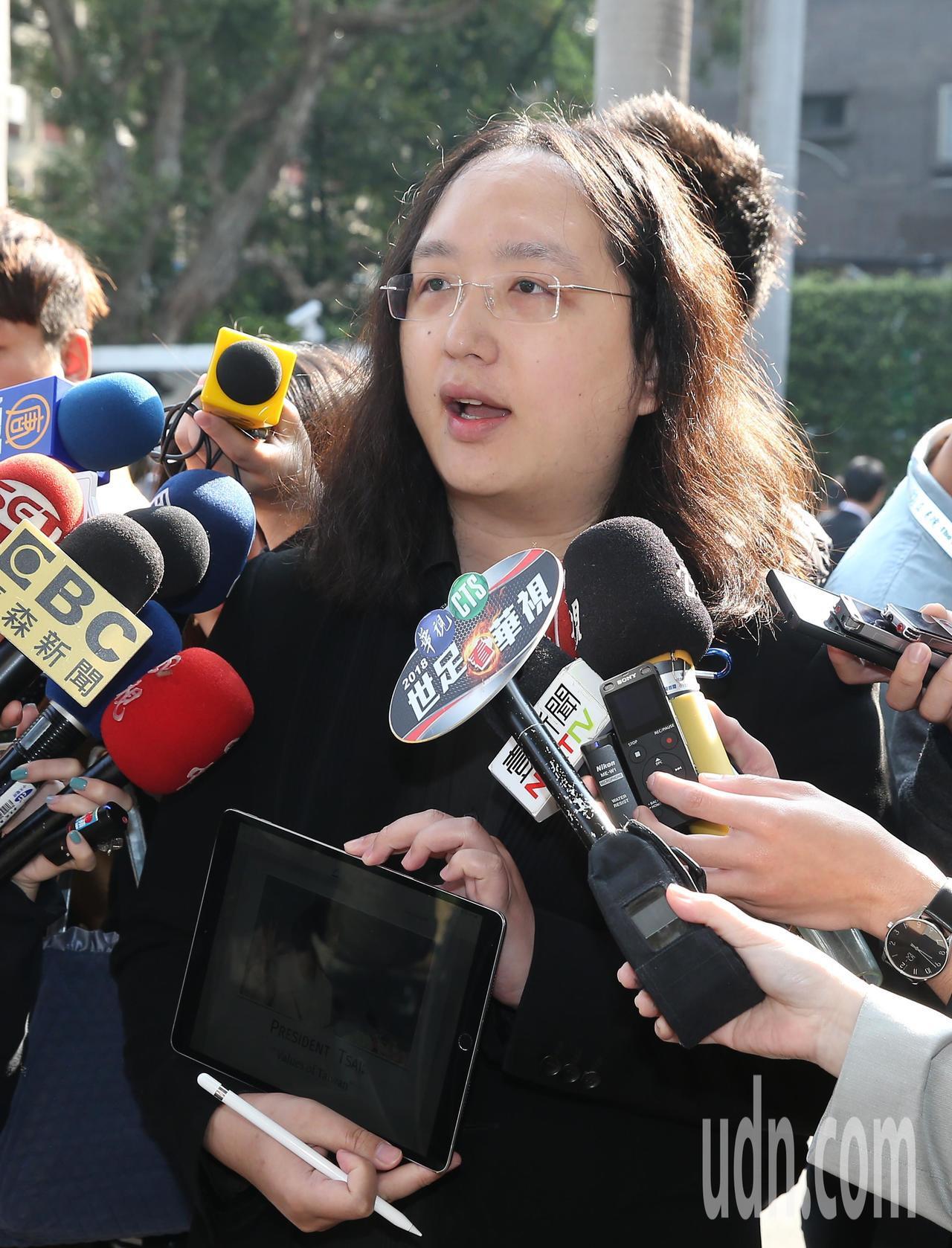 唐鳳上午在立法院受訪表示,她的演說是關於台灣民主,相信任何實質對話或一起做的活動...