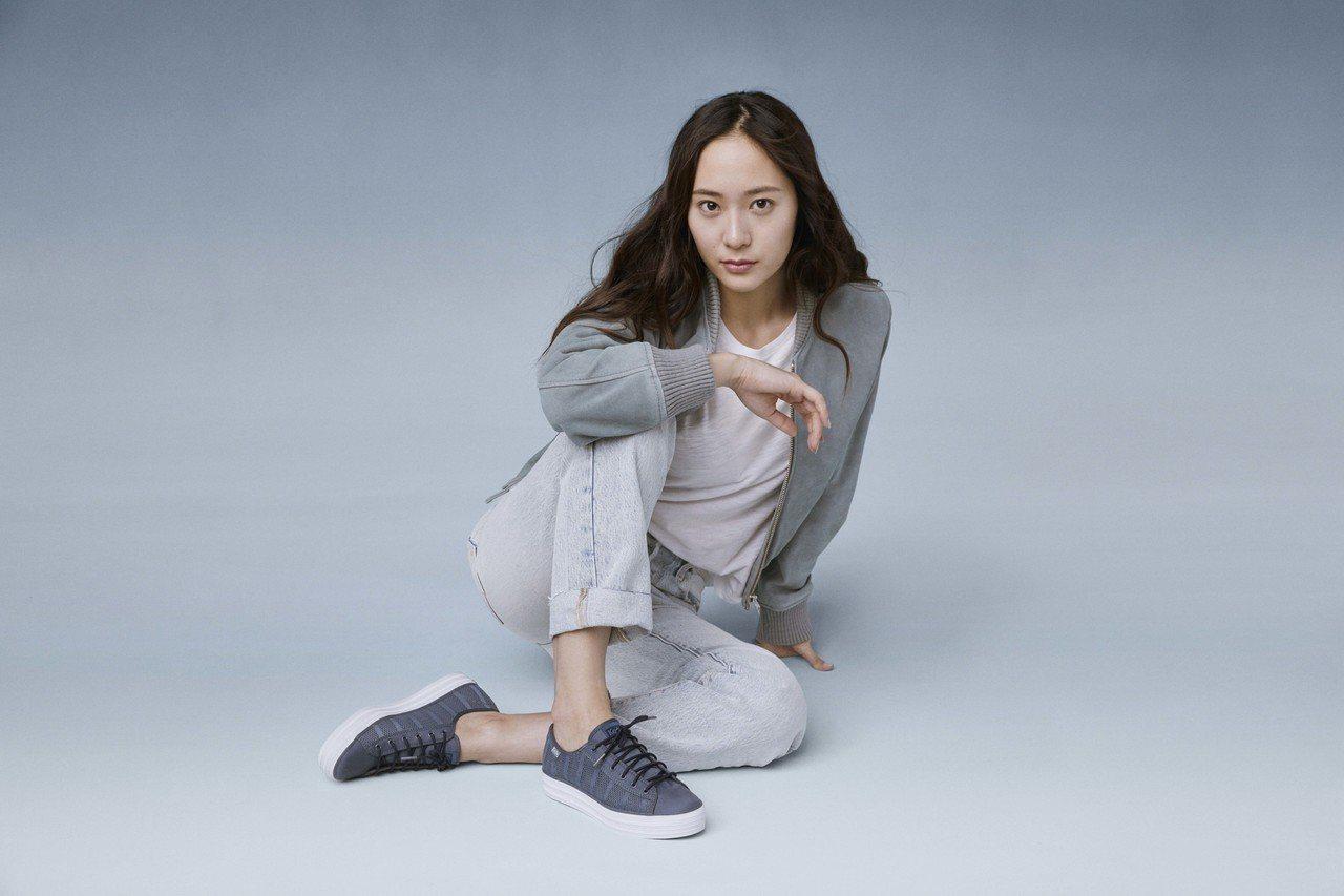 品牌代言人鄭秀晶以輕鬆休閒造型詮釋Keds今年新款的Studio系列鞋款。圖/K...