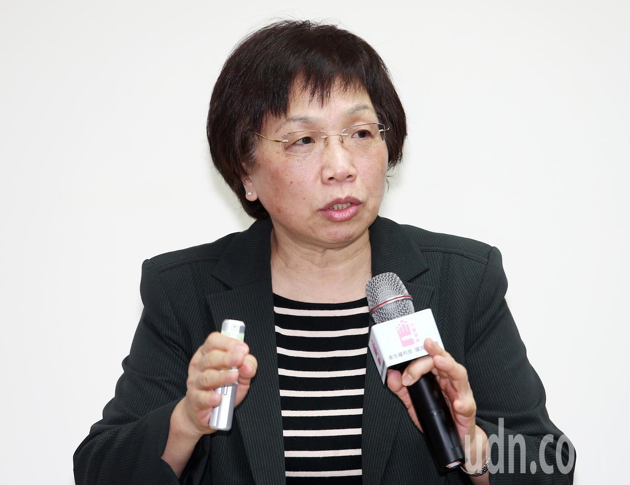 台灣營養學會理事長王果行在記者會上說明107年最新版「每日飲食指南」和舊版不同的...