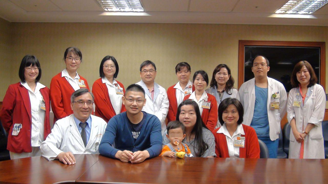 王鵬富(前排左二)7年前接受換心,經歷一段心電感應的奇綠,如今已有自己幸福的家庭...