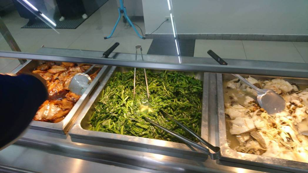 國訓中心提供選手吃罐頭魚(左一)。圖/林敬能提供