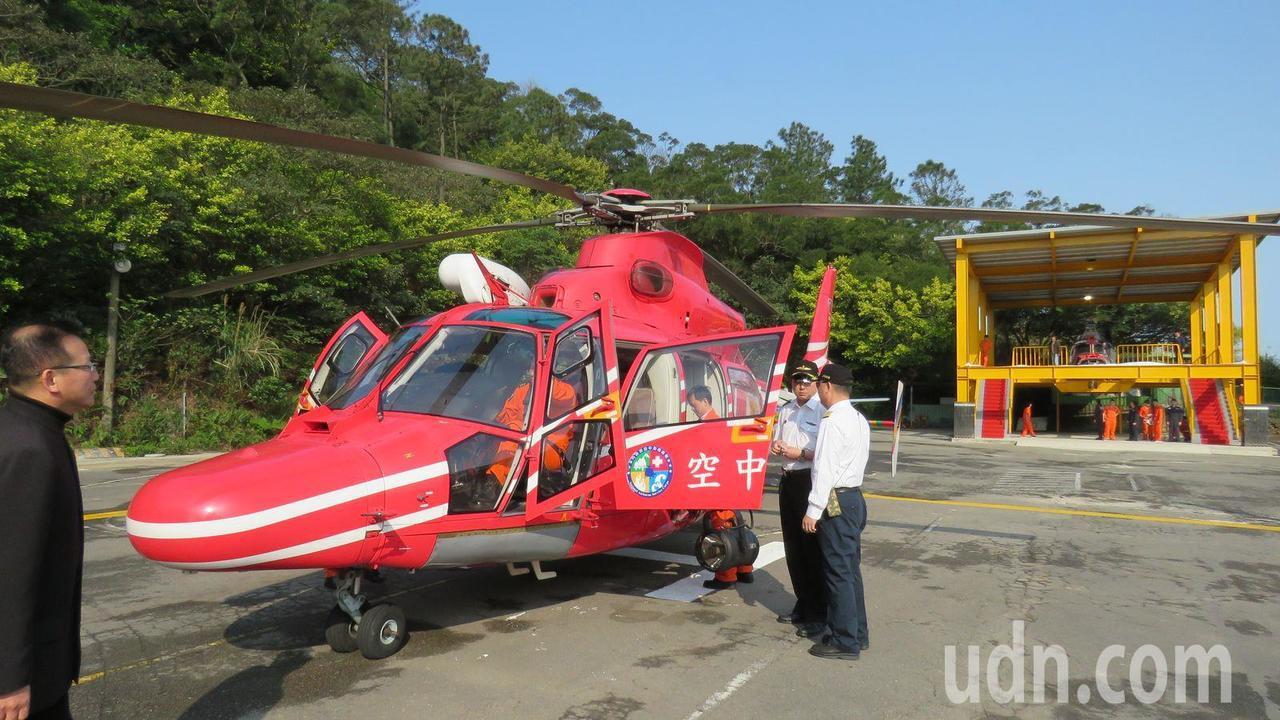 內政部空勤總隊捐贈桃園市方曙工商,一架除役AS-365NA107小海豚直升機,校...