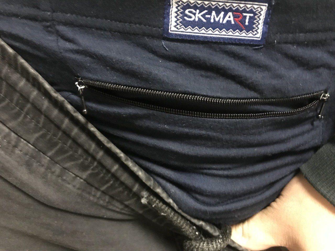 張嫌異想天開以為交出殘渣袋就沒事,沒想到還是被找到藏於褲子夾層內的毒品。圖/基隆...