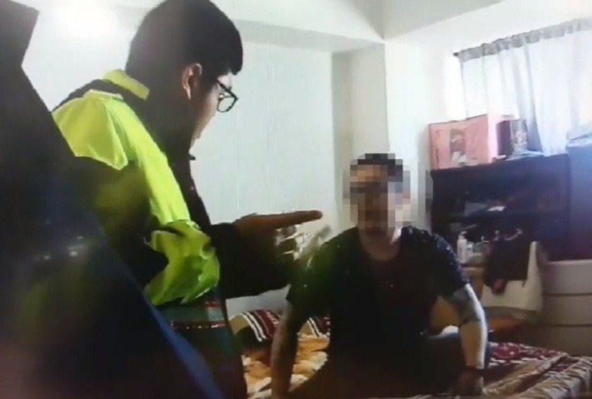 陳姓油漆工(右)的身上被警方搜出安非他命吸食器。 記者林昭彰/翻攝