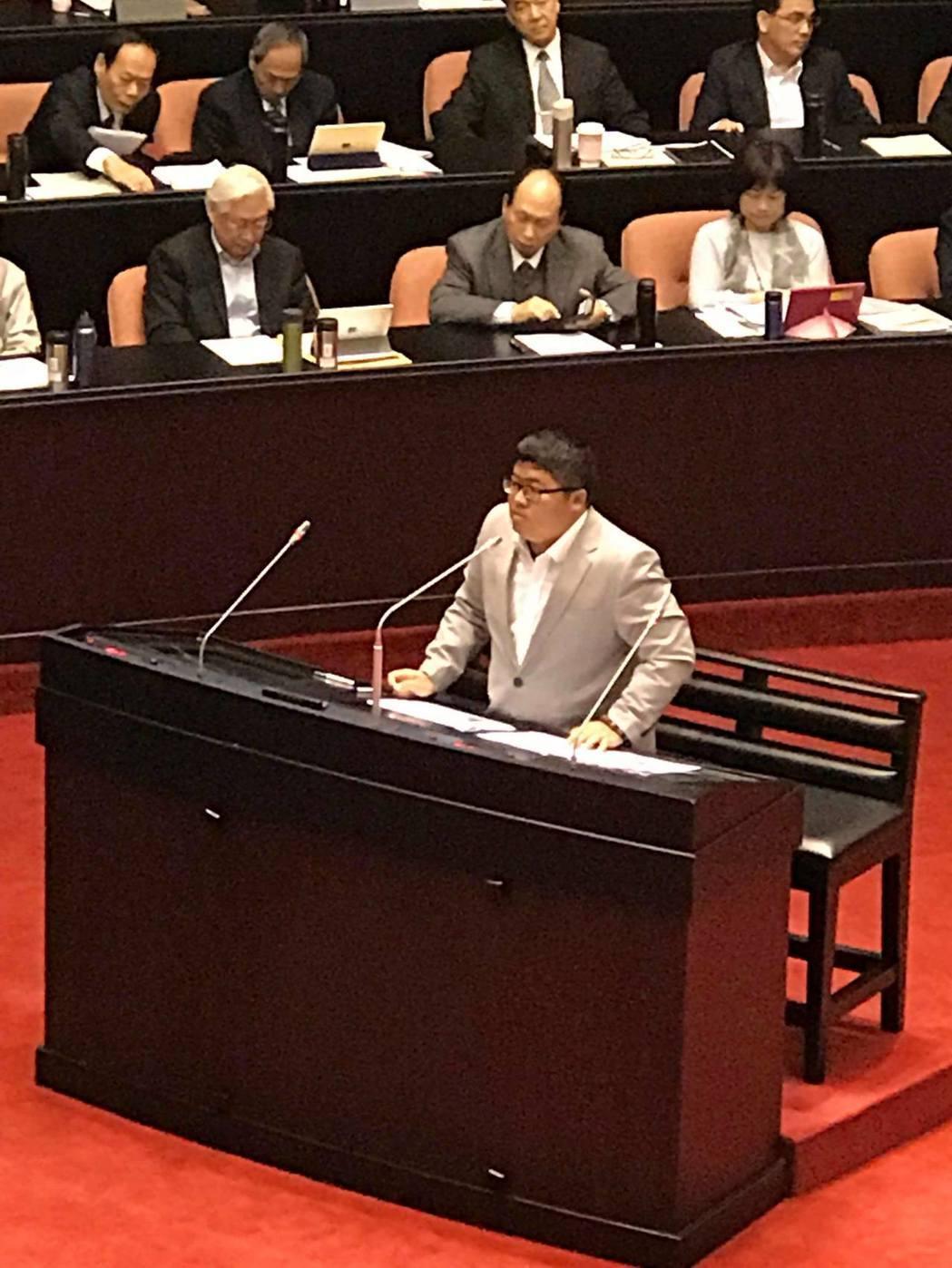 民進黨立委蔡易餘在立法院質詢。記者林麒瑋/攝影