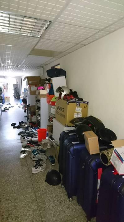 國家隊選手四個人住一間房,只有一個鞋櫃,也由於房間太小,很多衣櫃及行李箱只好放走...