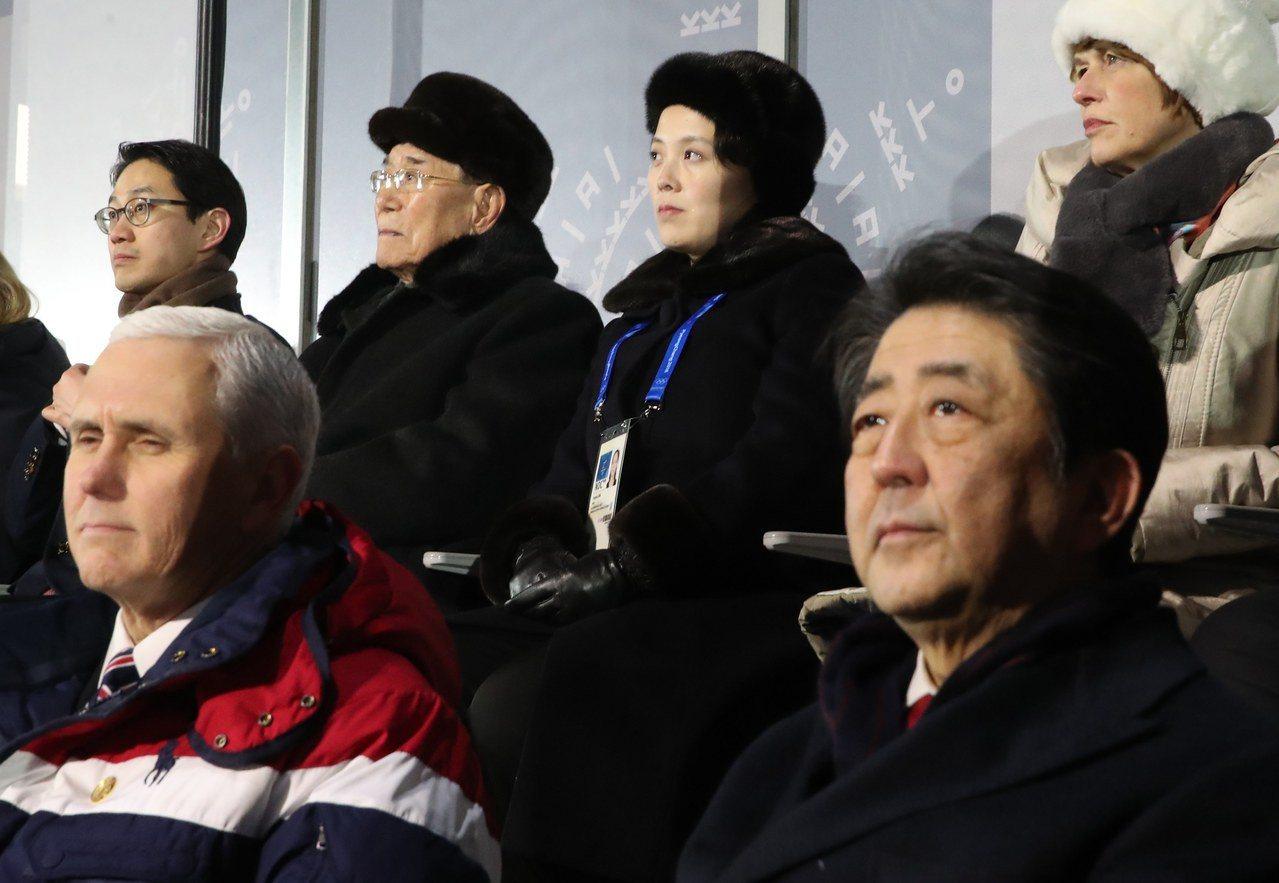 日本首相安倍晉三(前排右)2月9日與北韓名義上的元首金永南(後排左二)一起出席冬...