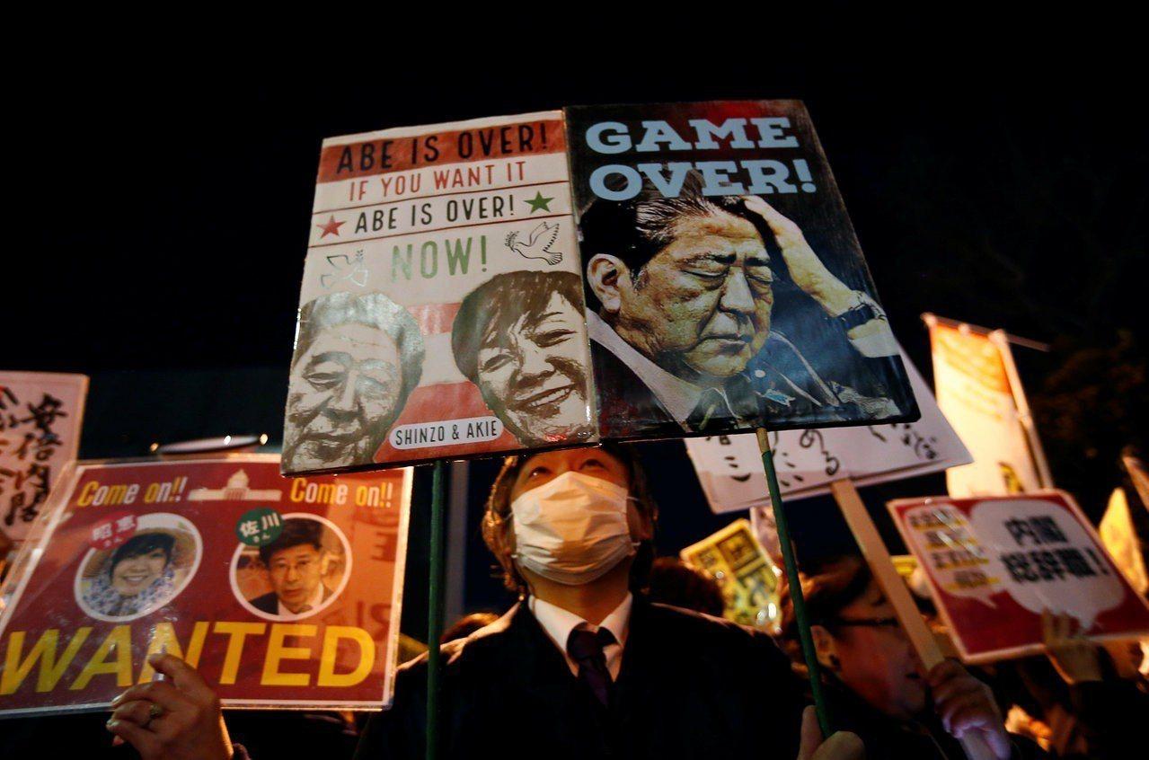 日本民間團體12日晚間在首相官邸外集結抗議,要求再度捲入國有地賤價出售森友學園疑...
