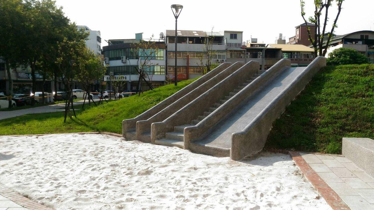 台中市建設局說明,西區東昇公園磨石子溜滑梯規畫適當安全距離,安全無虞,民眾反映也...