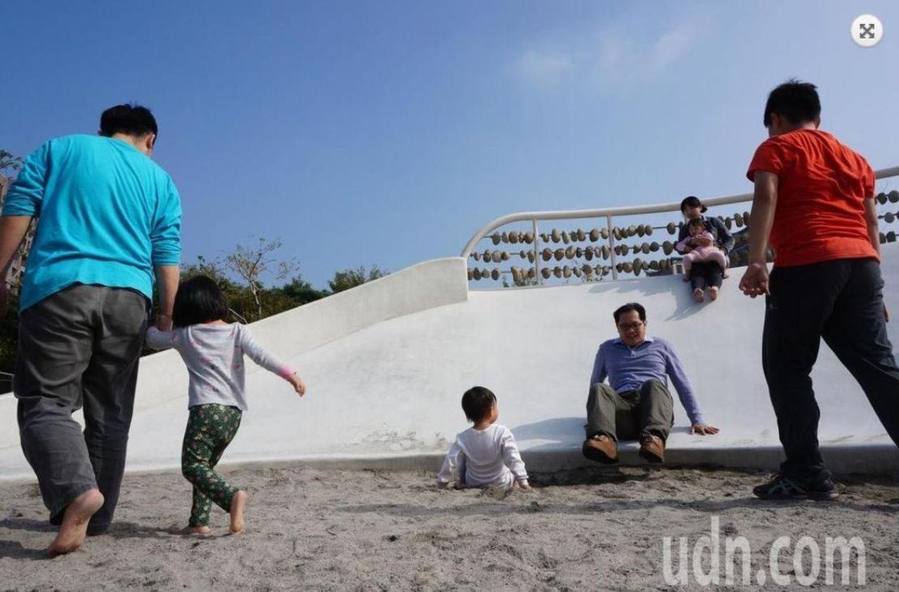 台中市政府在北屯廍興公園設置的磨石子溜滑梯,底部設置沙坑,大人小孩都愛玩。記者洪...
