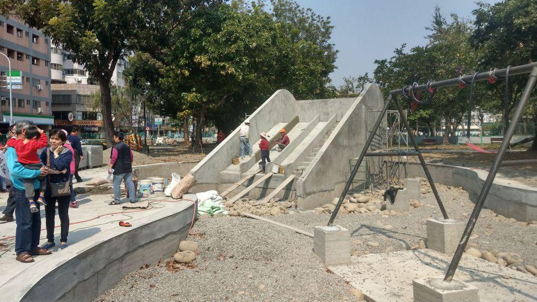 台中市西屯區福星公園附近居民,擔心磨石子溜滑梯緩衝區不足,又沒有遮蔭,難以讓孩子...