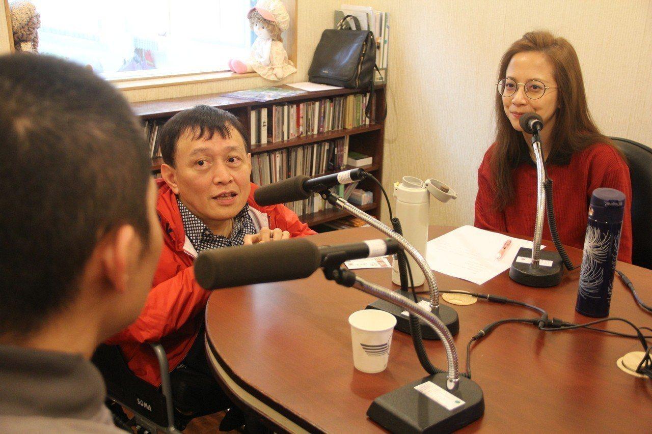 女星李淑楨(右)與廣播主持人劉銘(中)因戲結緣,後來受邀到台北看守所獻聲,分享正...