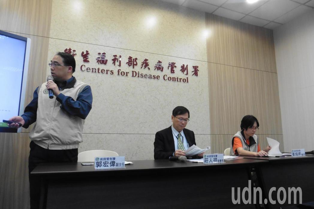 疾管署說明國內疫情概況。圖由左至右為,疾管署疫情中心副主任郭宏偉、副署長莊人祥、...