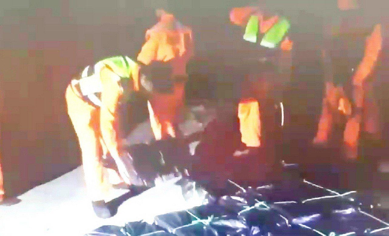 海巡署東部地區巡防局第一三海岸巡防總隊昨天晚上在大竹加津林溪岸際,查獲台灣籍林姓...