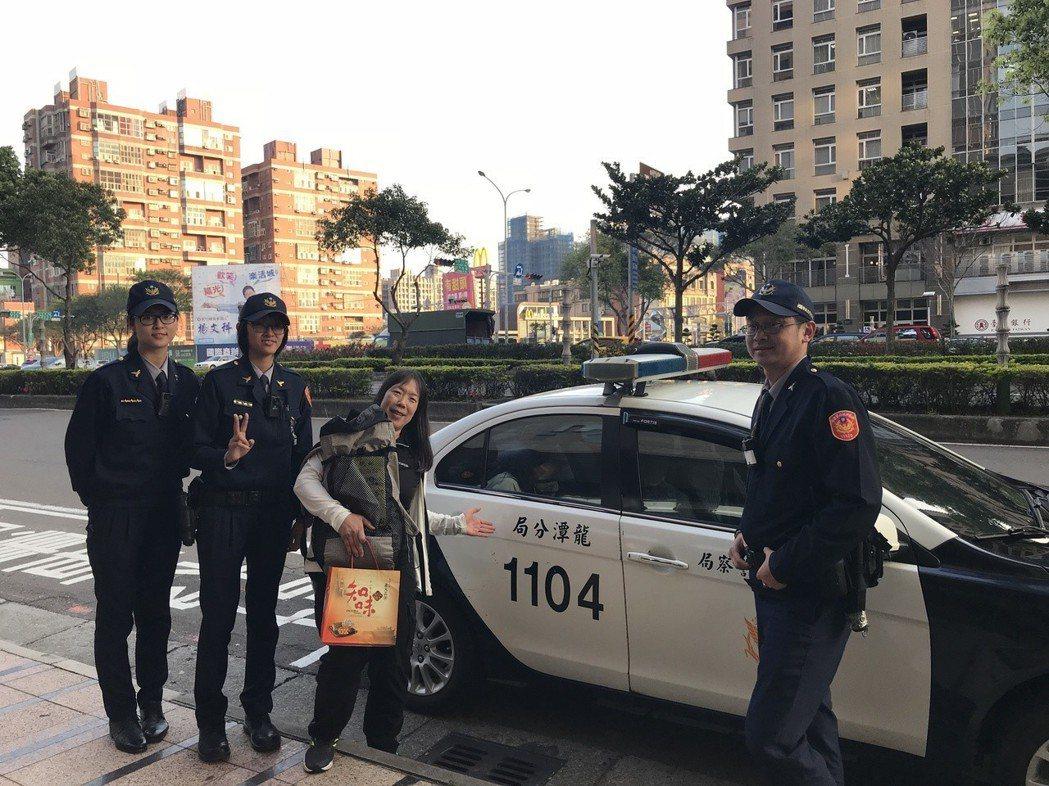 來台為自由車環台賽選手加油的日籍旅客,把背包遺落在桃園石門水庫路線路旁,警方費一...