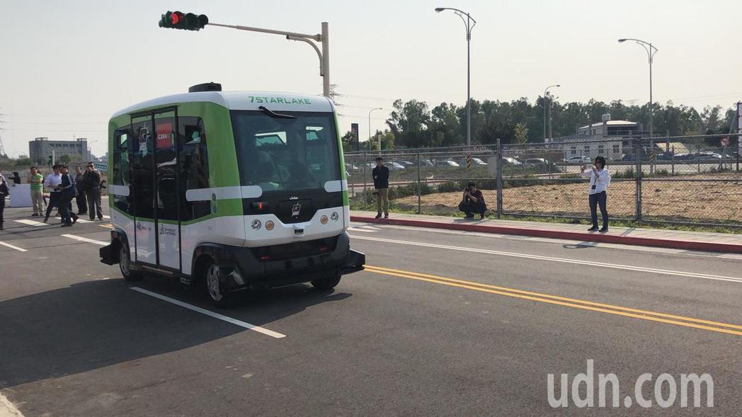 北市府資訊局再度和廠商合作,把無人小巴的試駕地點移至北投士林科技園區,以專用封閉...