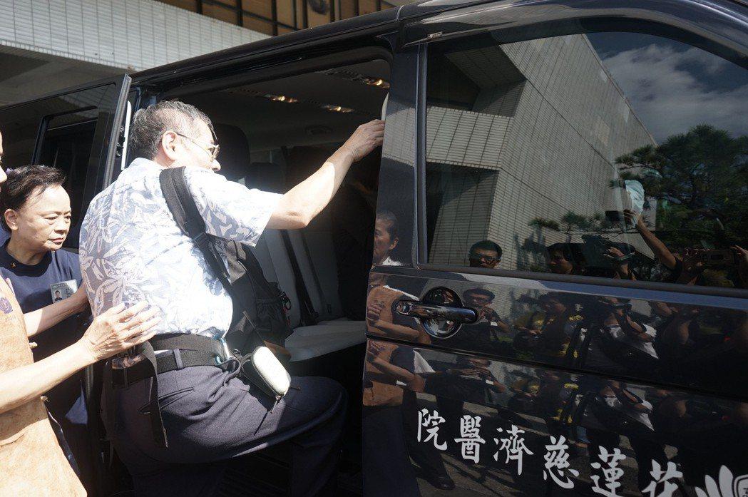 白井寬之的父親白井良一去年9月來台處理兒子後事,背著兒子骨灰上車,由百名台灣車友...