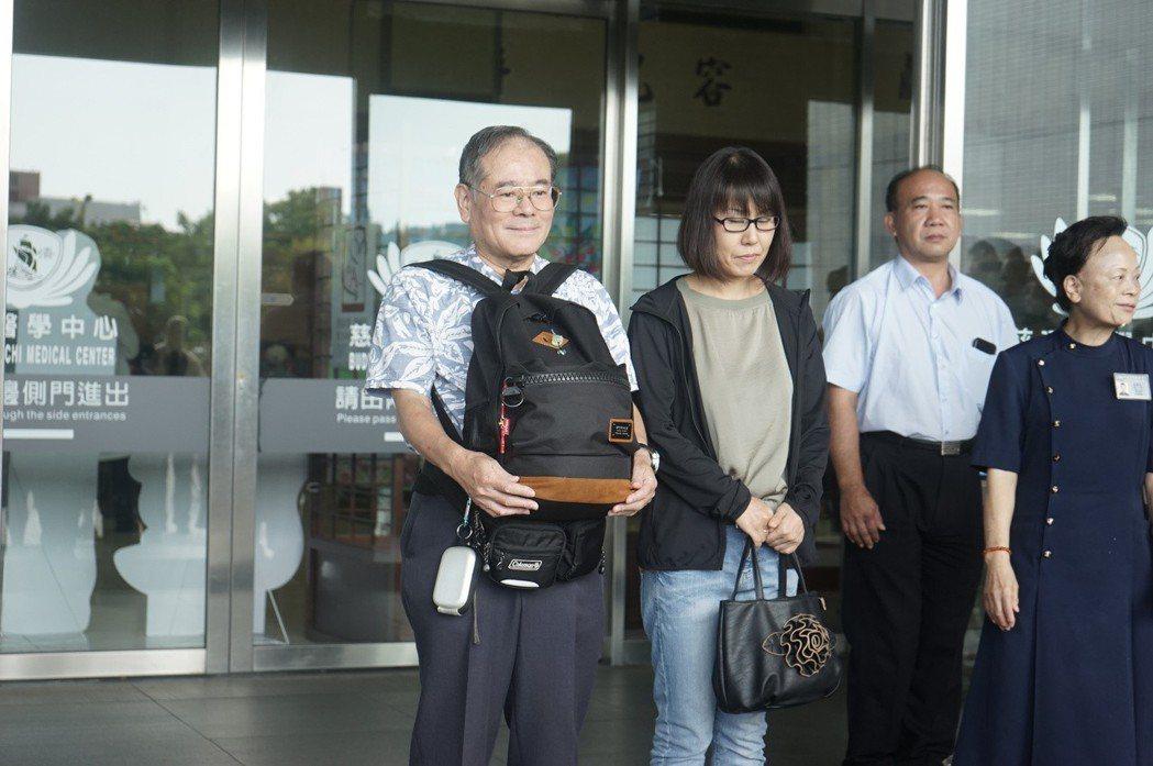白井寬之的父親白井良一(左)去年9月來台處理兒子後事,堅強未掉淚,感謝台灣人的溫...