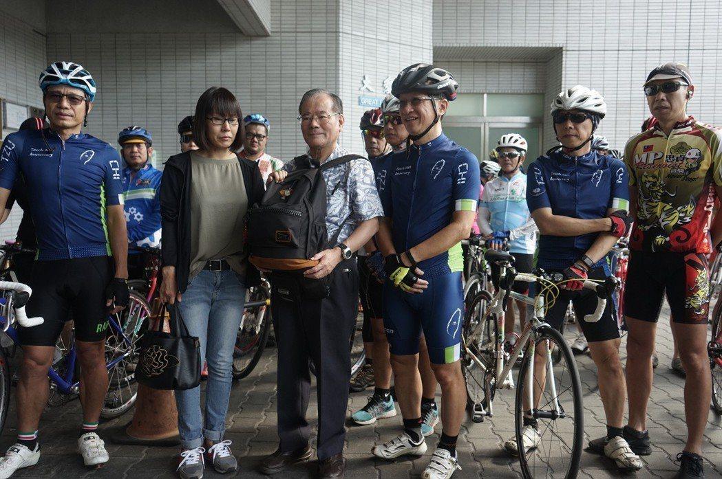 白井寬之的父親白井良一(中)去年9月來台處理兒子後事,感謝台灣車友暖心相送。圖/...