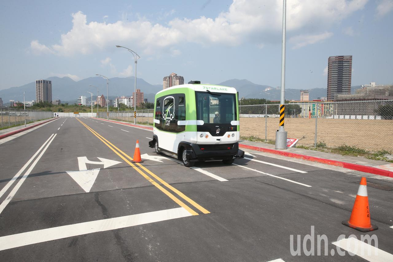臺北市在北士科設立自駕車實證場域,今天進行場地會勘,有三款自駕車在現場實地繞行,...