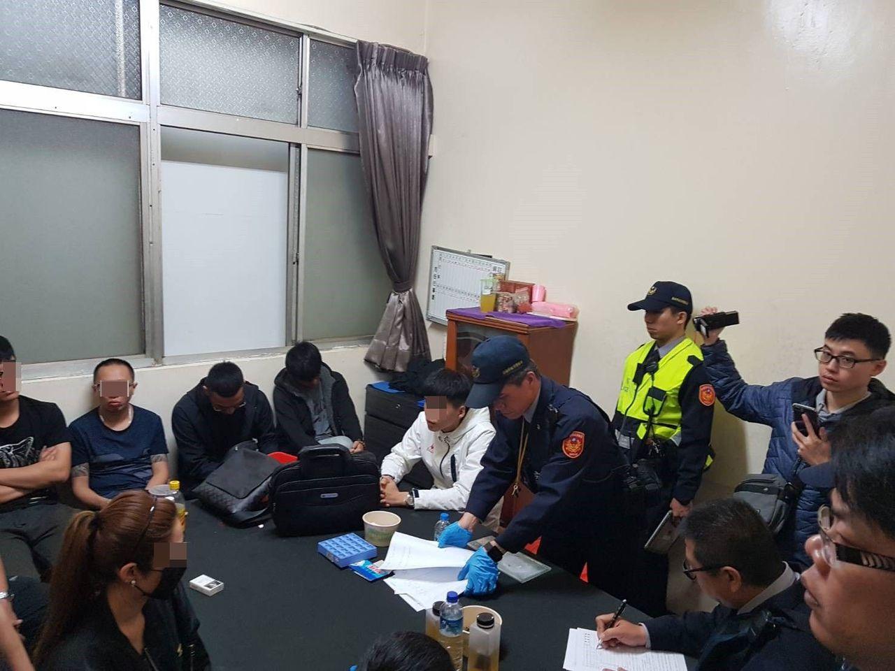台南市警二分局凌晨查獲妞妞牌賭場。圖/記者周宗禎翻攝