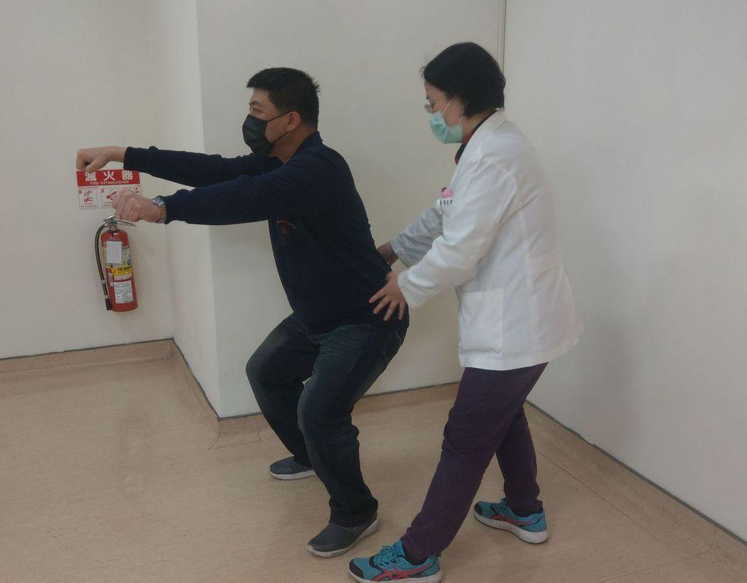 邱姓男子(左)在物理治療師蕭伊君(右)指導下練習深蹲,增加腿部肌力。記者趙容萱/...