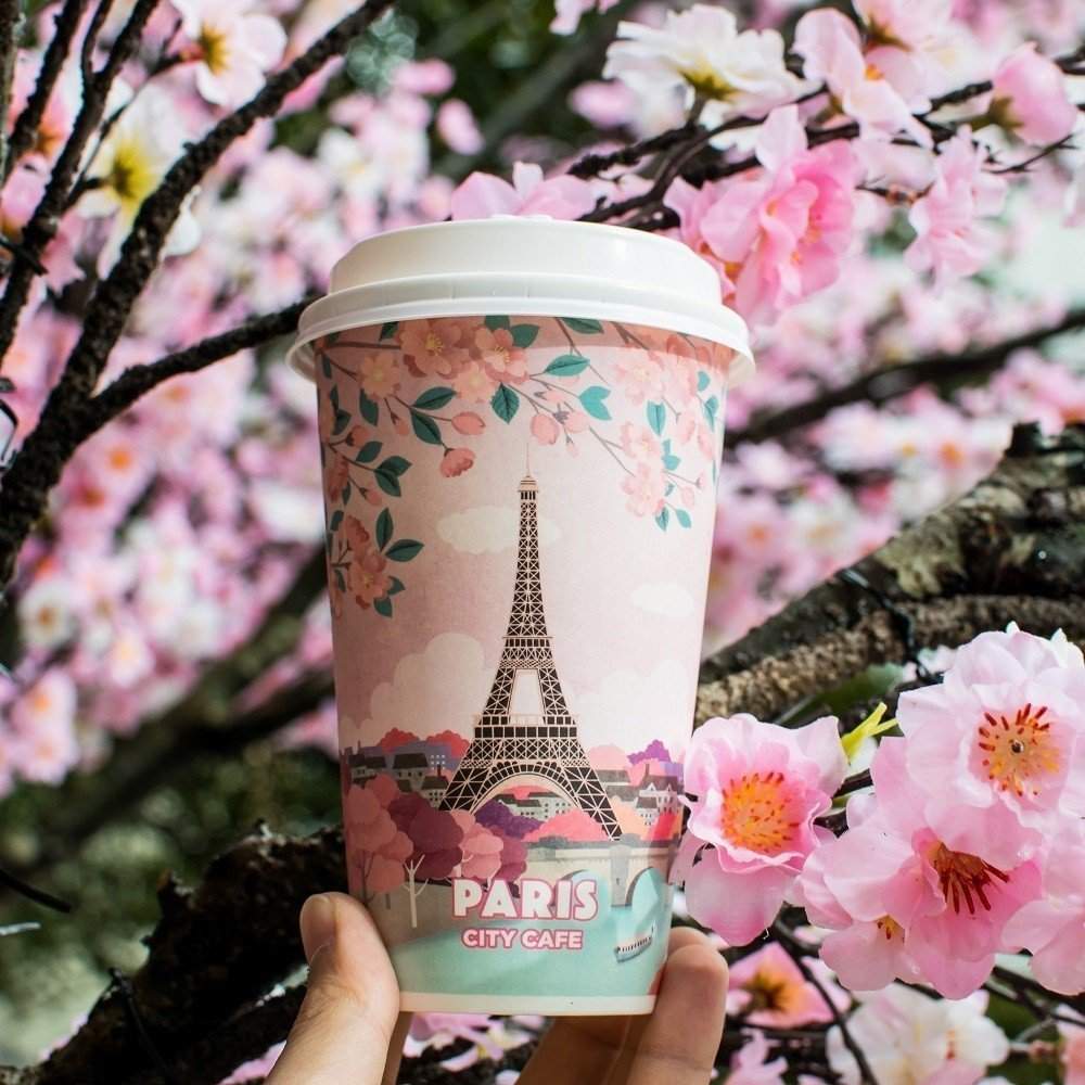 CITY CAFE城市櫻花杯搭配粉嫩櫻花,是打卡必備美照。圖/7-ELEVEN提...