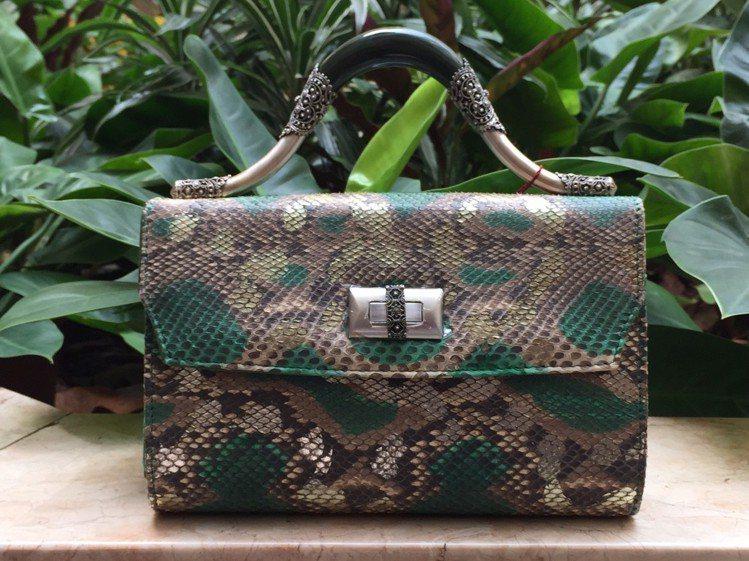 牛皮蛇紋壓印玉鐲提包,原價72,800元、特價14,560元。圖/記者楊詩涵攝影