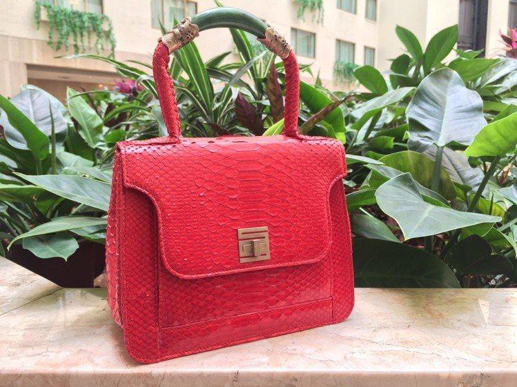 紅色玉鐲提包,原價76,000元、特價22,800元。圖/記者楊詩涵攝影