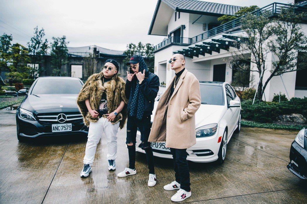 「臭屁嬰仔」新MV被網友形容是「酒池肉林」。圖/混血兒娛樂提供