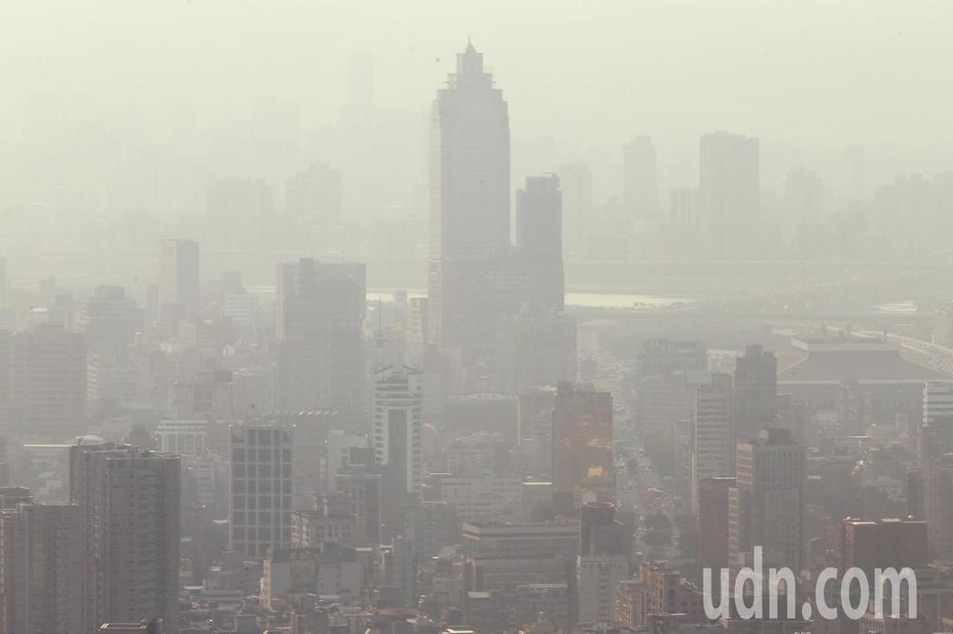 空氣品質差,讓台北火車站周邊一片霧茫茫景象。記者陳正興/攝影