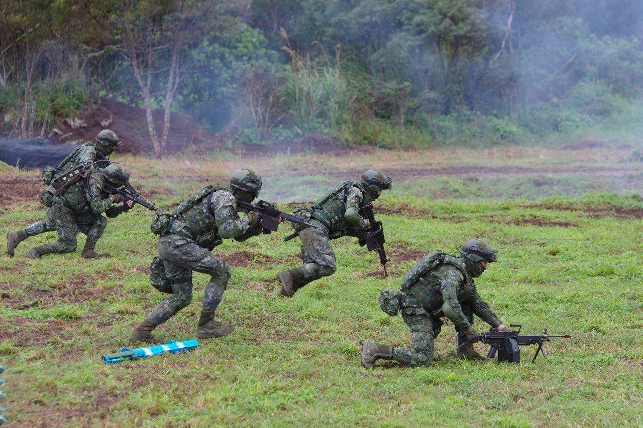 依據國防部公布數字,國軍志願役人員總數,距離先前宣稱的「夠用」,還有三萬以上缺口...