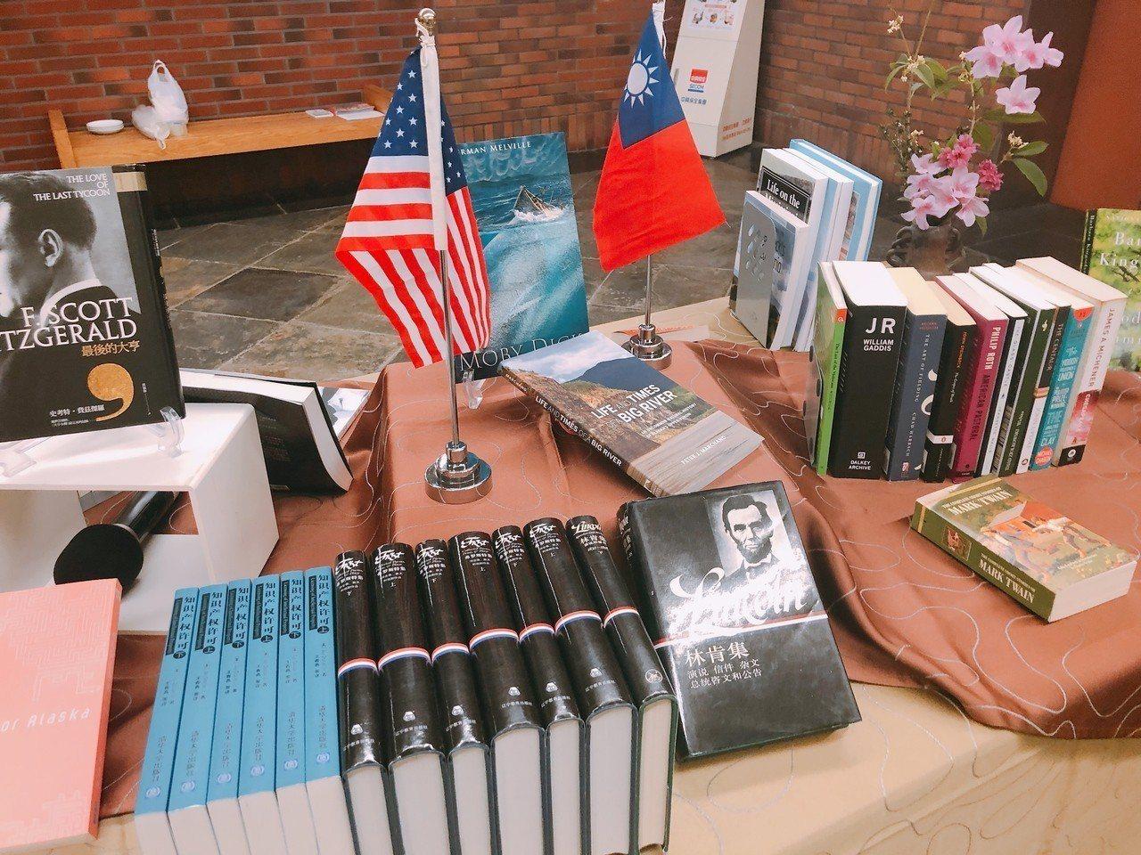 美國在台協會自民國86年首次贈送中正大學「美國研究館藏」圖書,至今已累積近190...