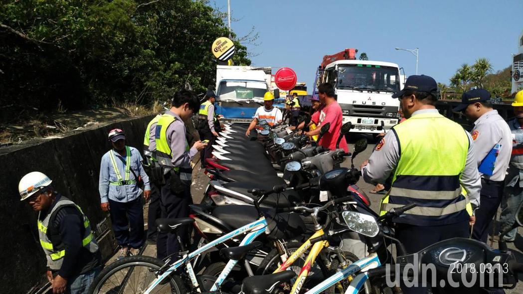 屏東恆春警方和公路局今天聯手在墾丁大街執行清道,攤商白天占用路邊的車輛和器具全部...