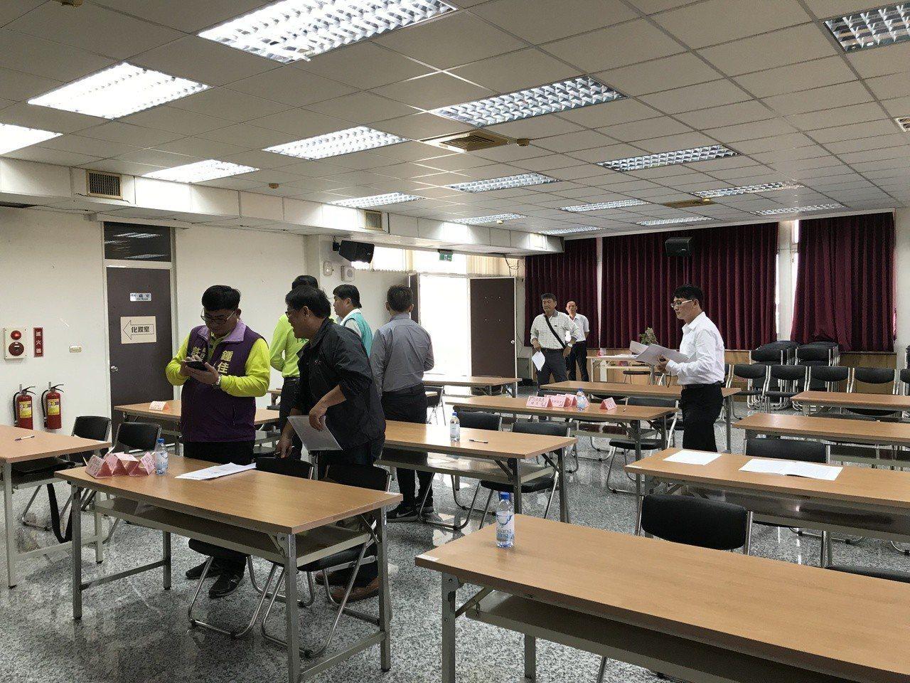 屏東縣選委會今天舉辦選舉區劃分公聽會,僅20多人到場參加,並無立委本人到場。記者...