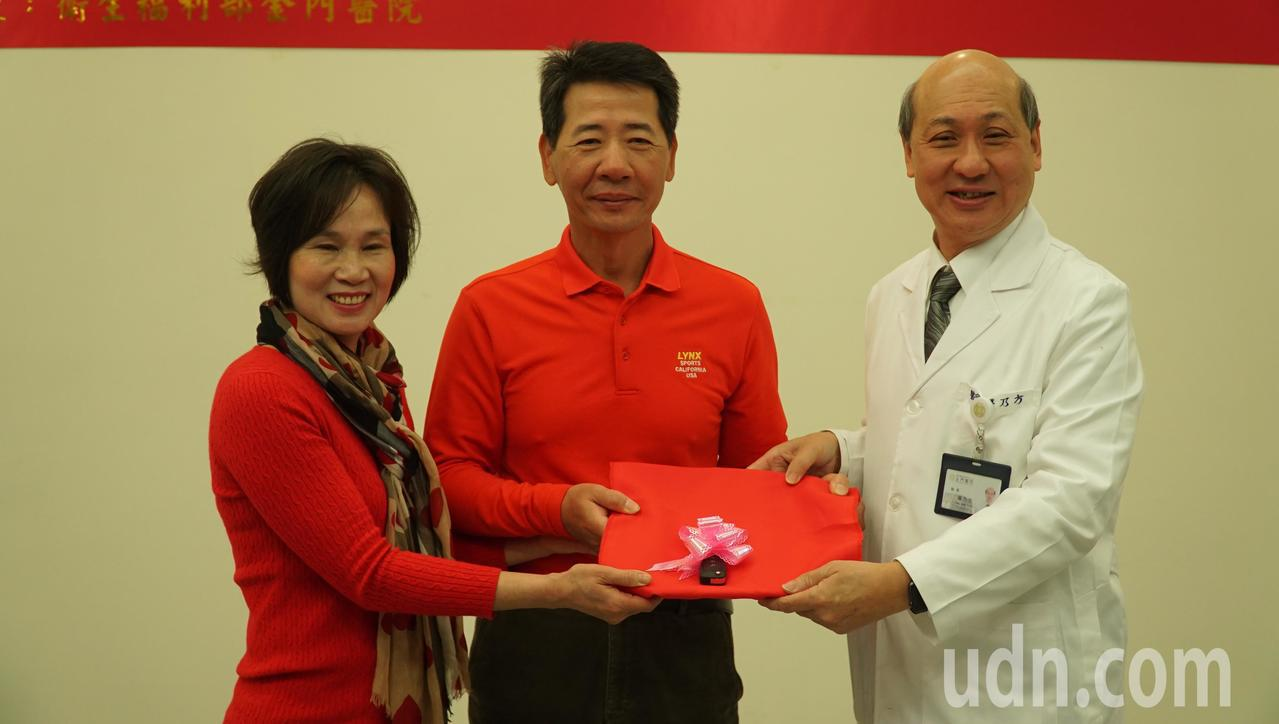 新北市羅三延(中)和蔡寶玉(左)夫婦捐贈救護車「三寶號」給金門醫院,由院長屠乃方...