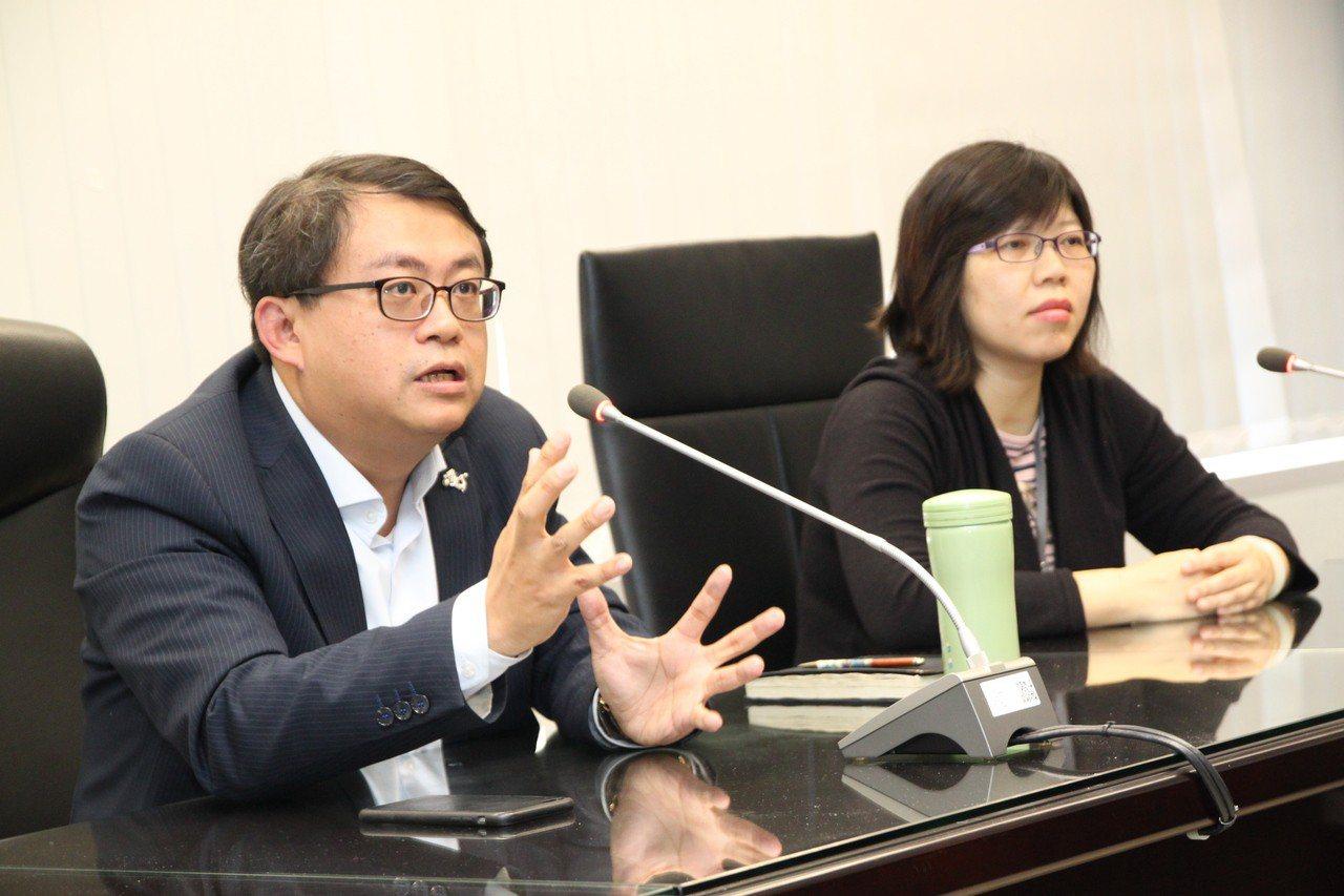 台中市經濟發展局長呂曜志(左)和產業發展科長許瓊華對媒體詳細解說海水採礦投資案簽...