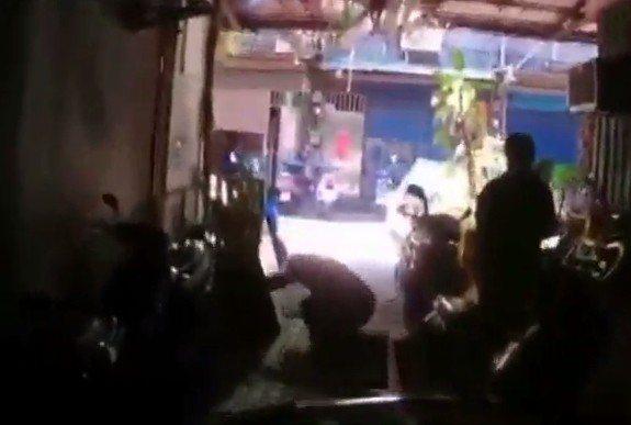 牛姓通緝犯逃跑過程中,看到身後有警察騎機車追逐,腿軟連續栽了2次跟斗。 記者林昭...