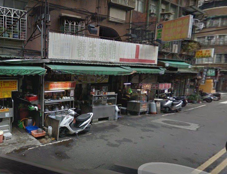 這家小吃店門口攤車之間,竟然是1條窄巷,員警路況熟,直接騎機車衝進去。 圖/翻攝...