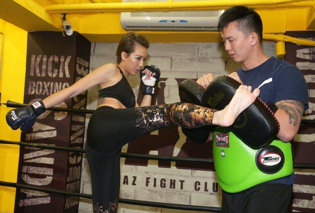 藝人劉雨柔(左)與格鬥家老公黃育仁(右)。記者胡經周/攝影