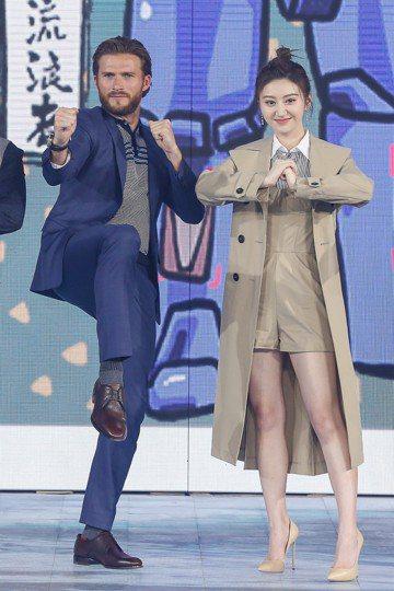 備受矚目的科幻新片「環太平洋2:起義時刻」12日在北京舉行首映,導演史帝芬迪奈特率領男主角史考特伊斯威特,以及片中表現吃重的大陸女星景甜等人一起出席。另一位參與演出的動作男星張晉雖然缺席,但史考特伊...