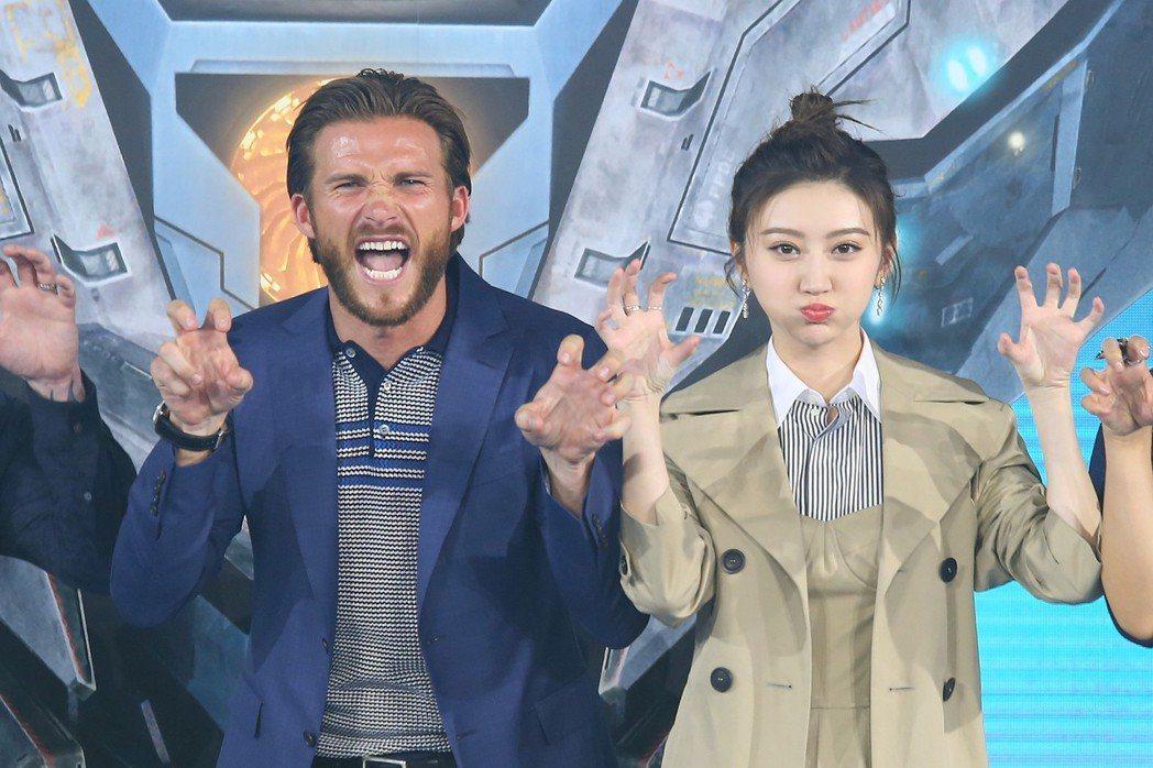 「環太平洋2:起義時刻」男主角史考特伊斯威特與景甜。圖/視覺中國