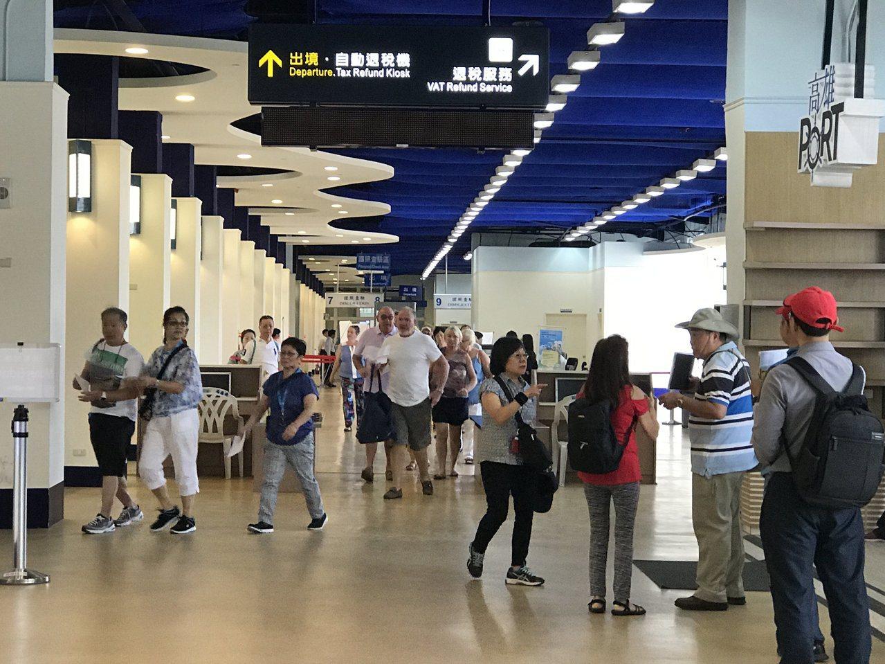 高雄港今天同時來了2艘國際郵輪,停靠在高雄港蓬萊區7號及9號碼頭,帶來近3000...