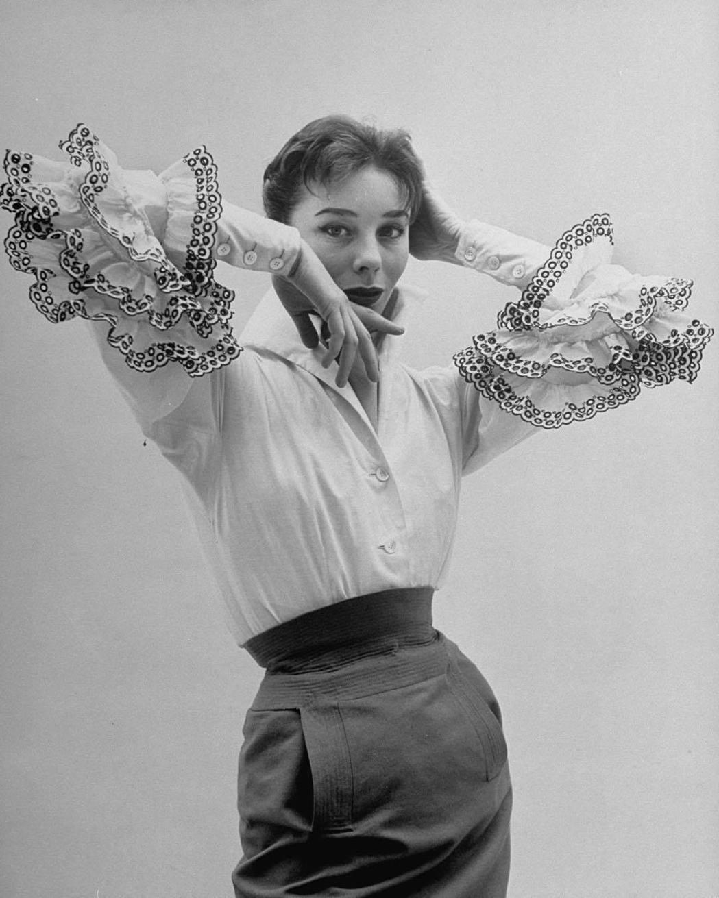 1952年名模Bettina Blouse詮釋紀梵希的設計。圖/取自IG