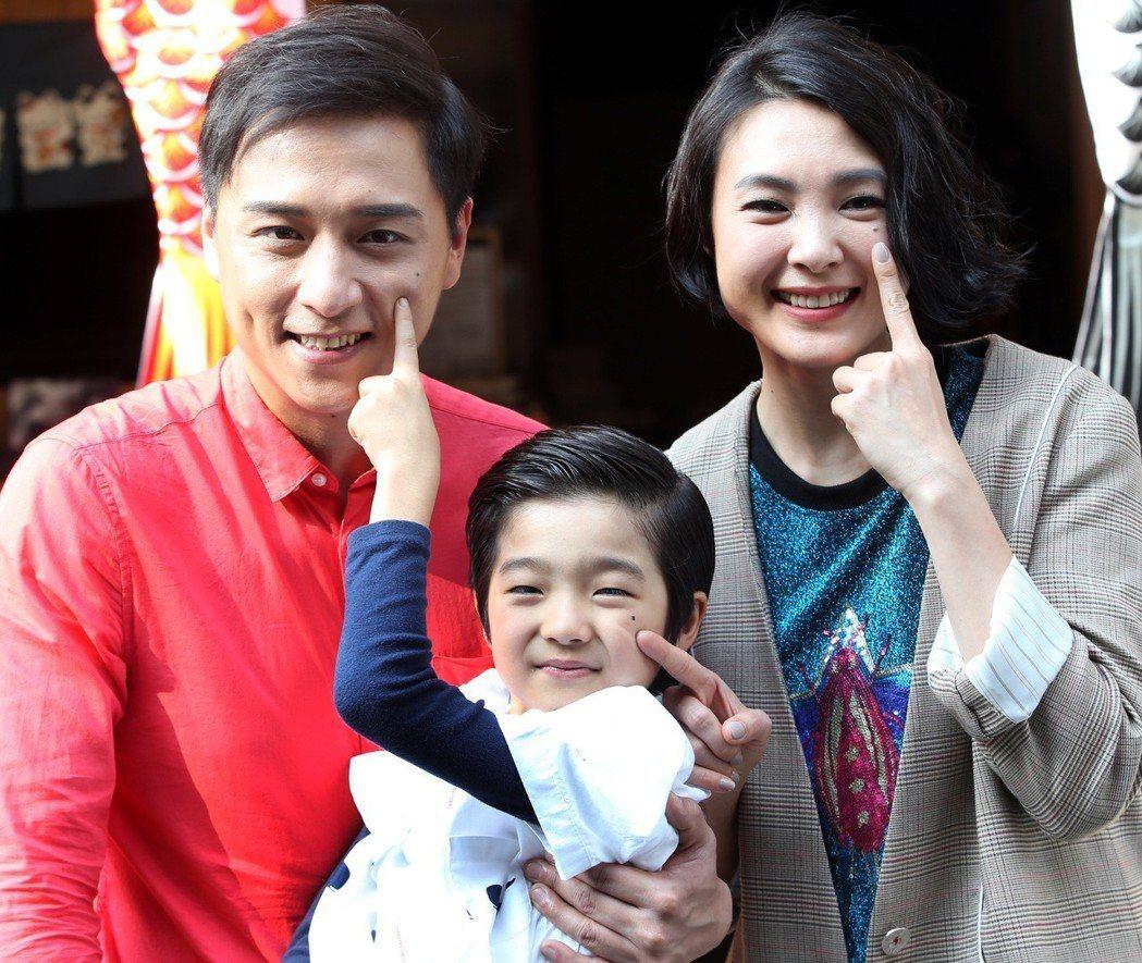 「上岸的魚」 演員鄭人碩(左)及曾珮瑜(右)左臉都有一顆痣,童星白潤音(中)也被