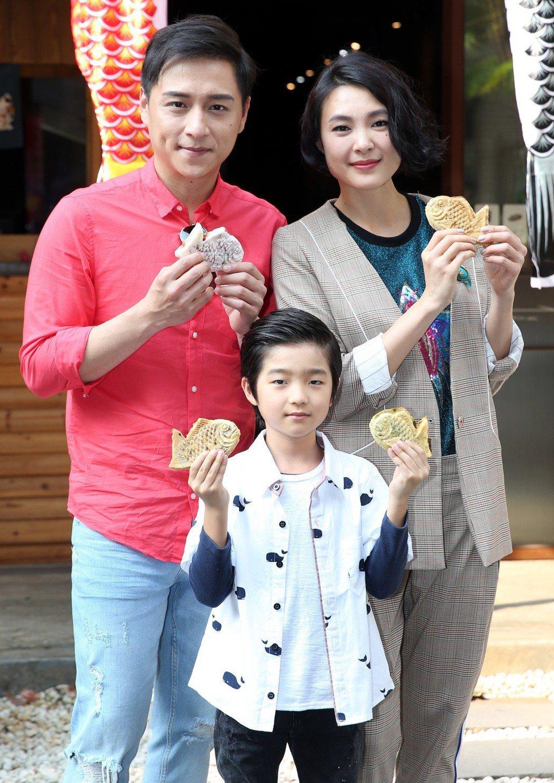 「上岸的魚」 演員鄭人碩(左)、曾珮瑜(右)及白潤音(中)手持鯛魚燒宣傳新戲。記...